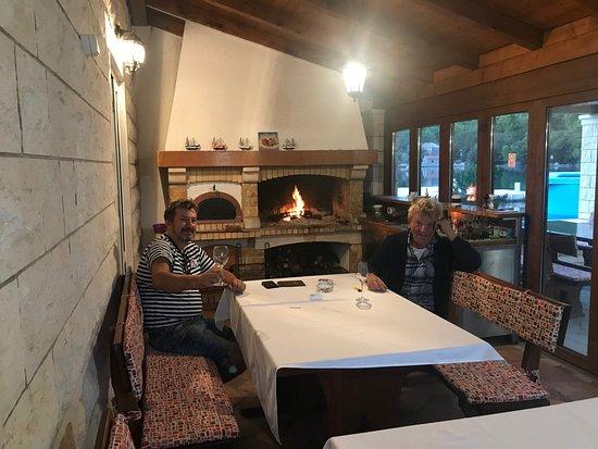 Ston, Croatia: Im inneren vor dem Ofen, Der Kaptiän der Meere und der Kobona...:) links mit Freund