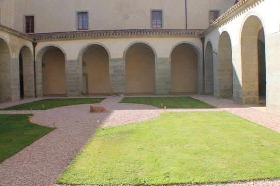 Caunes-Minervois, France: Le cloitre de l'abbaye
