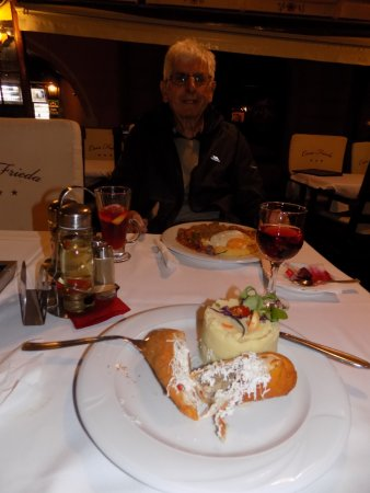 Pensiunea Casa Frieda : Chicken filled with champignons and cascaval cheese with puréed potato
