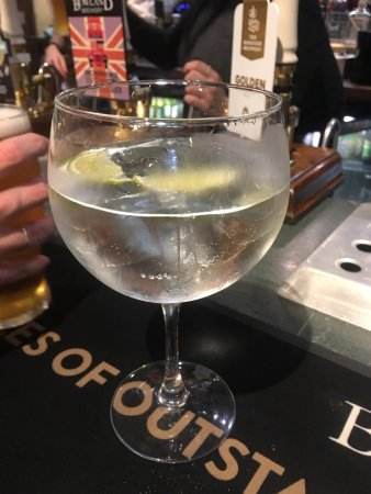 Dolphinholme, UK: Well stocked bar, good beers and great gin