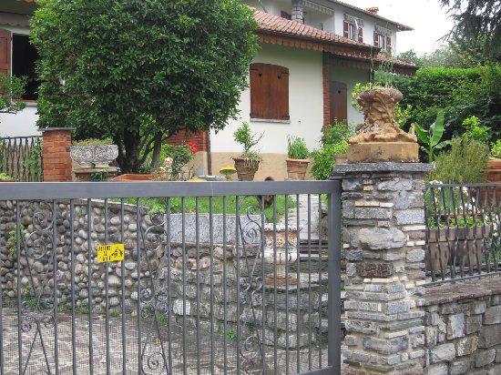 Colonno, Italia: passing a house