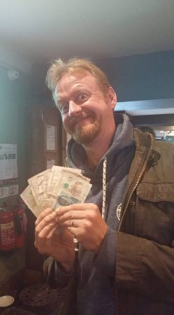 Cockermouth, UK: Happy with winnings after watching the race at pub