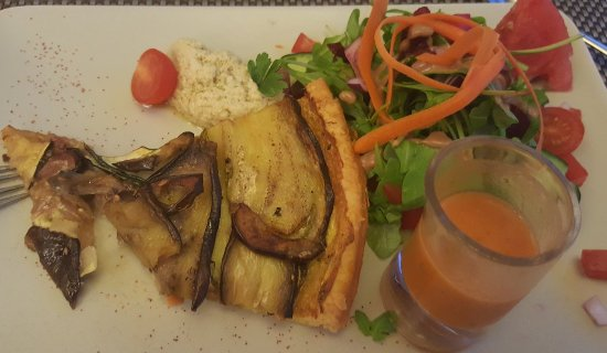 Gennes-Val-de-Loire, France: Aubergine tarte, gespazo and salad