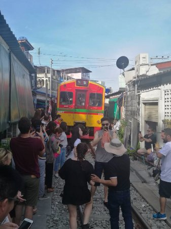 Samut Songkhram, Thailand: La coda del treno