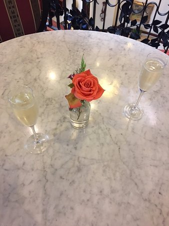 French Quarter Inn: Welcoming champagne.
