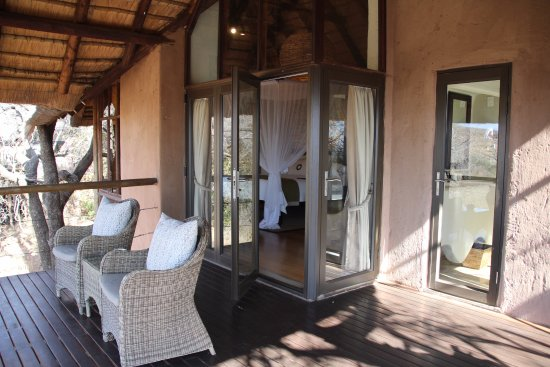 Madikwe Game Reserve, Sudáfrica: Our deck overlooking the water hole