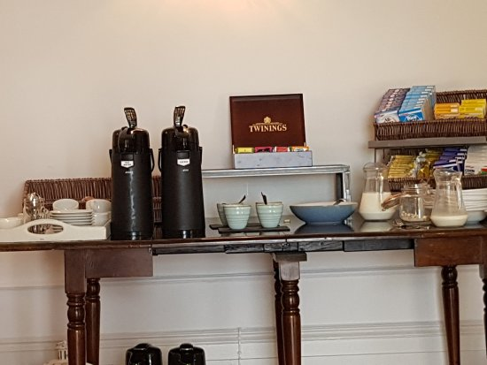 Trewithian, UK: Very limited breakfast. Coffee and tea served from Training Course Urns. Ask for a pot.
