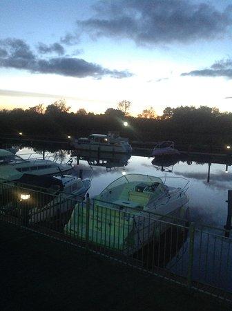 Leitrim, Ireland: Sunset at the marina hotel