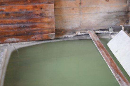 Kunimi Onsen: 湯舟、自分でふたを開けます。