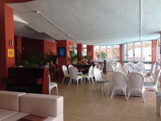Playa de Cura, Spanien: Our vibrant interior, with great lightning and enough wind.
