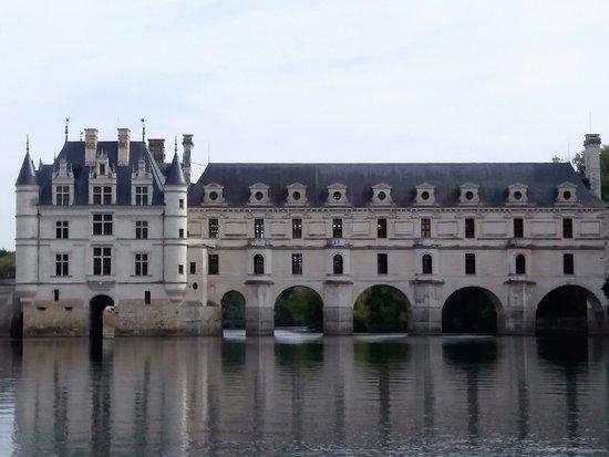Chisseaux, Francia: Vue du Château depuis l'Ambacia sur le Cher