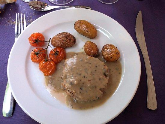 Chisseaux, ฝรั่งเศส: La Bélandre: Magret de canard sauce aux pousses des sous-bois et pommes grenailles à la fleur de