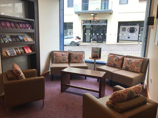Premier Inn Dorchester Hotel: Reception seating area