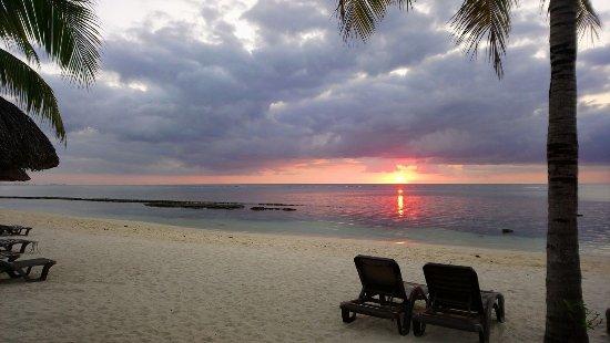 Victoria Beachcomber Resort & Spa: vue de l hotel du couché de soleil