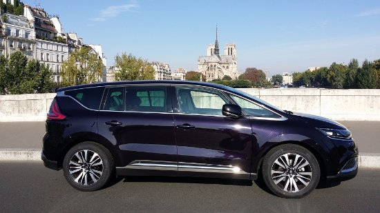 Parijs, Frankrijk: Our brand new deluxe minivan by Notre Dame cathedral-Paris