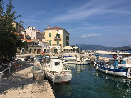 Valun, Croacia: Hafen