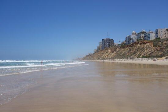 Seasons Netanya Hotel: вид отеля с пляжа