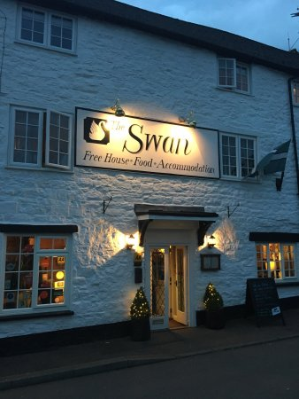 Bampton, UK: Lovely paint job done on exterior. Looks very inviting