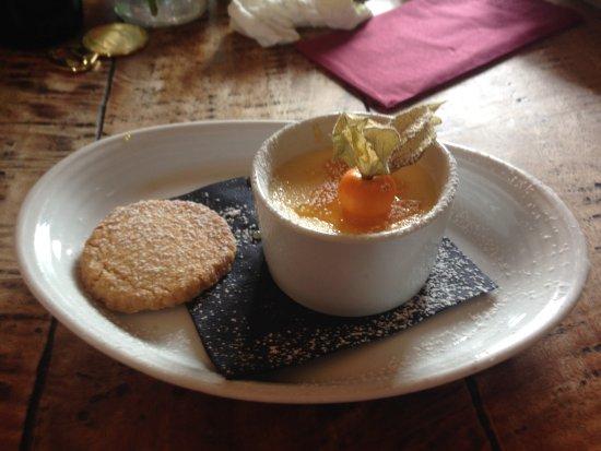 Бромсгроув, UK: Amaretto creme brulee and home made shortbread biscuit