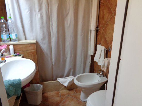 Colonna Country and Sporting Club: Bathroom small but Functional