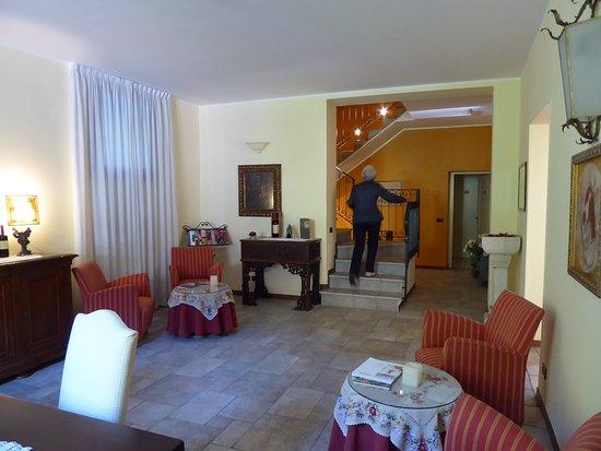 La Valletta Relais : le salon et l'escalier menant au 1er étage