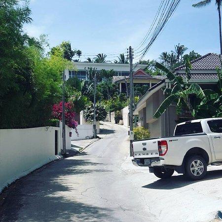 Seahorse Residence: дорога от отеля к пляжу