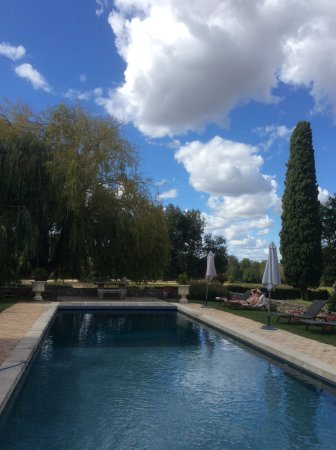 Montaren-et-Saint-Mediers, Francia: Lovely heated pool with outdoor kitchen bar area