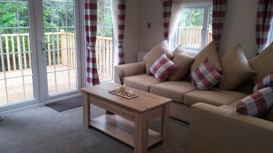 Dollar, UK: Sitting area with patio doors leading out onto the deck overlooking the river