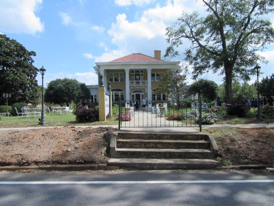 Social Circle, GA: Beautiful place with lots of seating and gardens around.