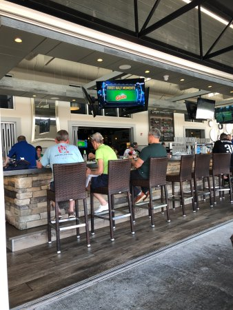 Ridley Park, PA: Bar area with NINE TV's.....