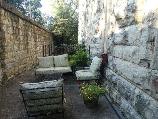 Jailer's Inn Bed and Breakfast: Yard.