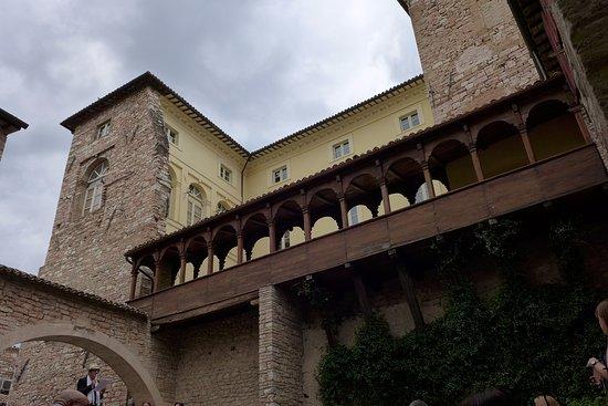 Спелло, Италия: loggiato in legno
