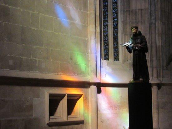 Batalha, Portugal: os vitrais fazem efeitos luminosos lindos na parte interior da igreja