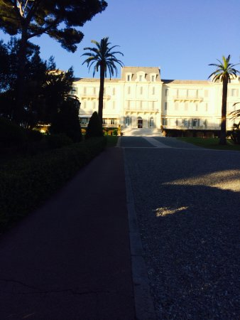 Hotel du Cap Eden-Roc: View of the hotel walking back from the pool