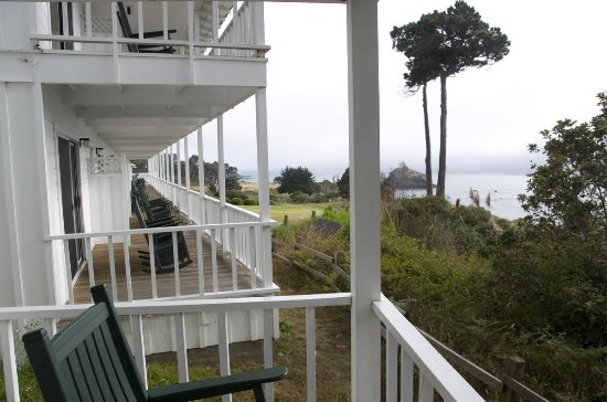 Little River Inn: The rooms in our building had rocking chairs and great ocean views.