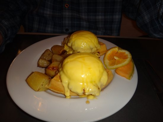 Pinky's Cafe: Eggs Benedict