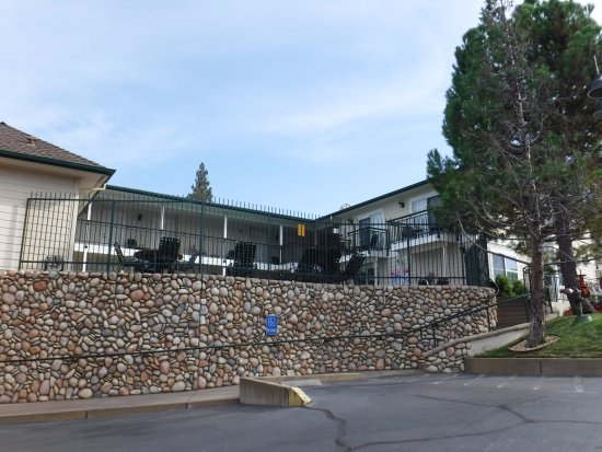 Best Western Plus Cedar Inn & Suites: Beautiful wall of large stones.