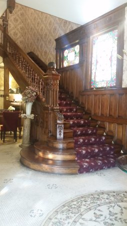 Rocking Horse Manor Bed and Breakfast: Staircase