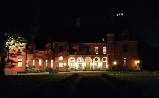 Bro, İsveç: The castle at night