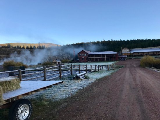 Waunita Hot Springs Ranch: Beautiful views and so peaceful Great country drive close by to explore fall leaves