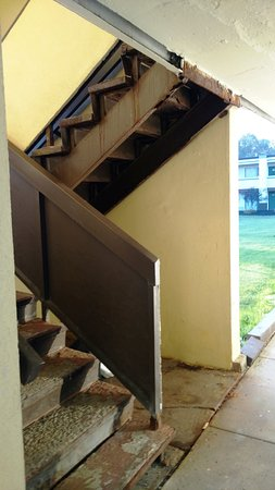 Quality Inn & Suites Conference Center: Stairs up to the second floor