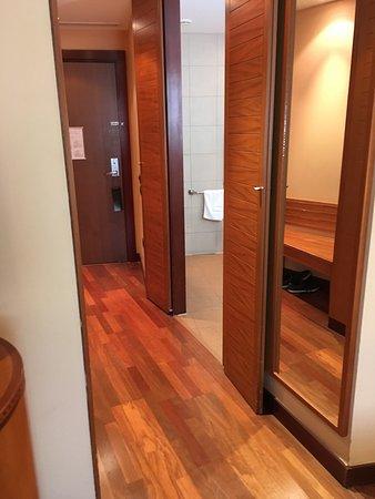 Spata, Grecia: Hallway to bathroom