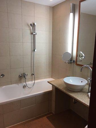 Spata, Grecia: Tub/shower, sink