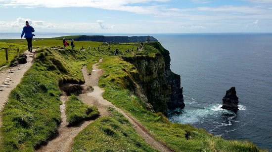 Doolin, Irland: Nearing the Visitor Centre...you can see how the trail is much more populated in the distance