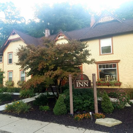 Twin Oaks Inn: Picture of the front of the Inn!