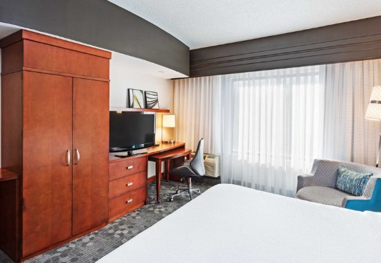 Alcoa, TN: King Guest Room - Sitting Area
