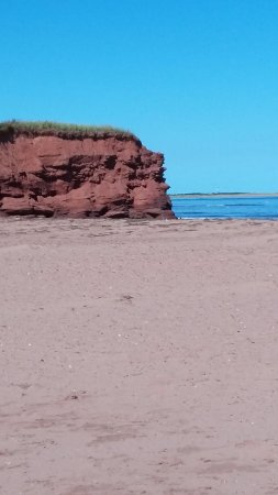 Malpeque, Kanada: Red rock cliffs...met some locals there and told to be careful on these as rocks can fall