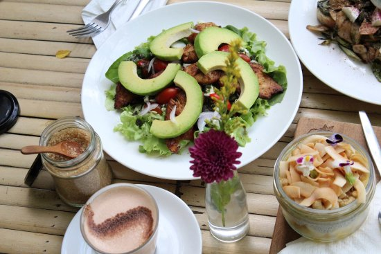Bubba's Coffee Bar: Chicken Avocado Salad!