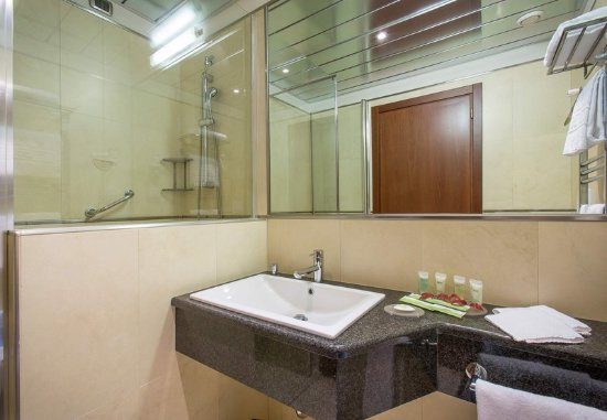 Tessera, Italia: Guest Bathroom Vanity