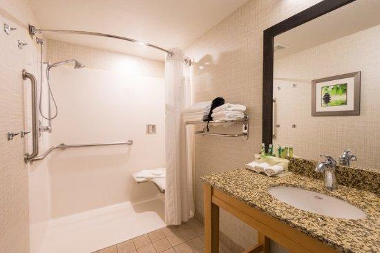 Wheat Ridge, Kolorado: ADA / accessible Guest Bath with roll-in shower